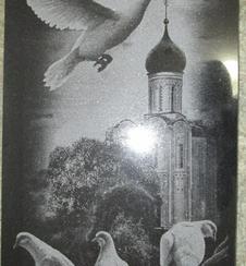 Готовый гранитный памятник с изображением часовни и голубей